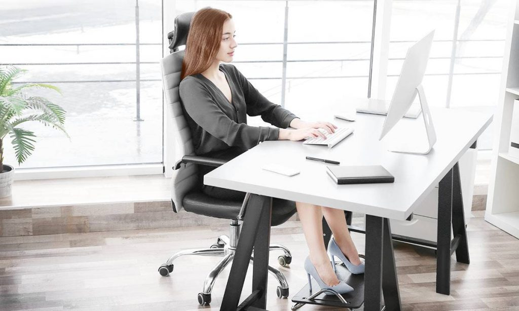 How to assume an ideal sitting posture while using a computer?